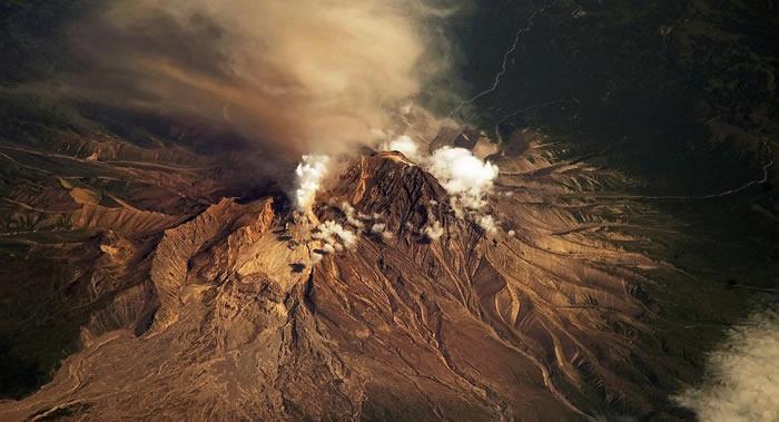 位于勘察加半岛的舍维留奇火山喷发出6000米高的火山灰柱