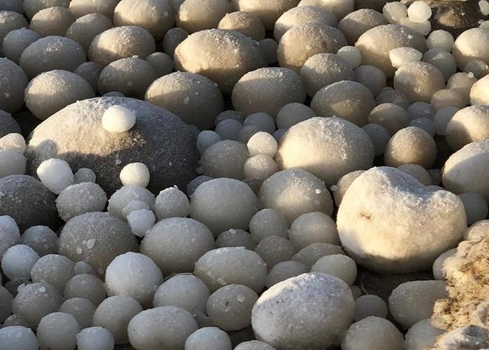 """芬兰北部海卢奥托岛海滩布满神秘白色圆形""""异形蛋"""" 专家指为罕见自然现象""""冰球"""""""