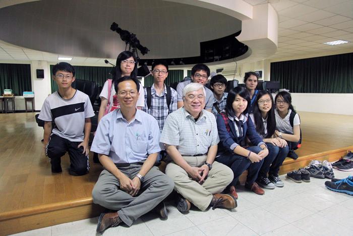 前排左一为指导老师林士超、左二为陈文屏教授,旁边则为当年发现天体的多位同学,如今他们已即将大学毕业。