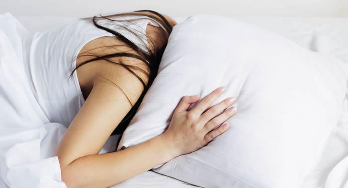 美国《自然:人类行为》杂志:缺乏深度睡眠的人面对压力时将变脆弱 不安程度也会提高