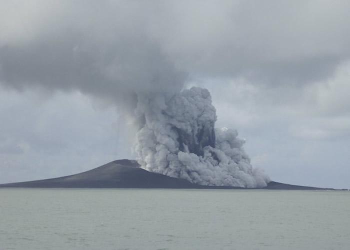 南太平洋岛国东加王国海底火山喷发 旁边长出一座全新岛屿