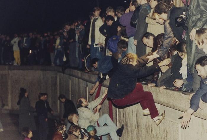 """1989年11月9日分隔东西德国的冷战产物""""柏林围墙""""被推倒 柏林围墙倒塌什么含义?"""