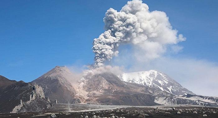俄罗斯勘察加半岛的希韦卢奇火山喷发出海拔9000米高火山灰柱