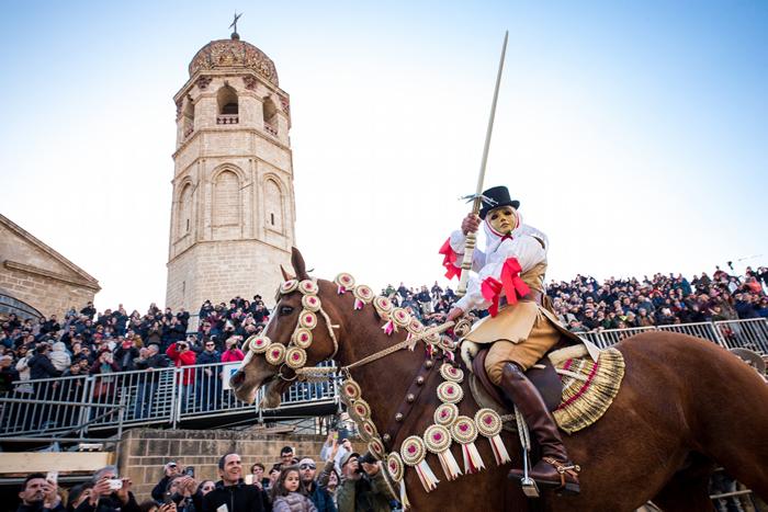 昌盛之星 - 萨尔提里亚节是个跨越神圣与亵渎的魔法节庆。 照片中,奥里斯塔诺临时统帅「康波里多利」自信满满地向大众展示他刚刺到的金属星星。 这对奥里斯塔诺来年的
