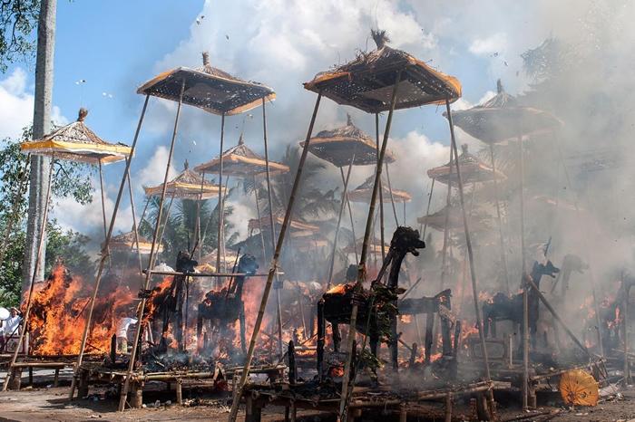 2013年8月18日,在印尼峇里島舉行的一場印度教傳統集體火化儀式中焚燒的棺材。PHOTOGRAPH BY PUTU SAYOGA, GETTY IMAGES
