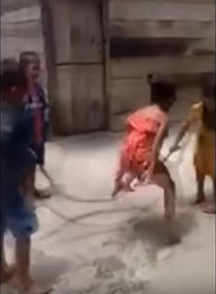 越南小朋友玩跳绳发出沉重啪啪声 拉近一看吓傻原来是条大蛇