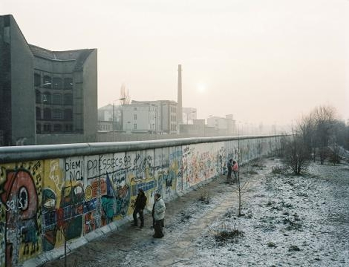 柏林围墙延伸将近43公里,跨越整个城市,并布下地雷、犬只还有带刺铁丝网,以阻止东德人逃离的念头。 然而,还是有超过5000人成功抵达西欧。 PHOTOGRAPH