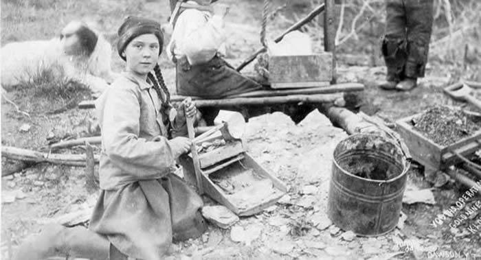 阴谋论支持者称120年前的照片上有瑞典气候激进主义者格雷塔•通贝里