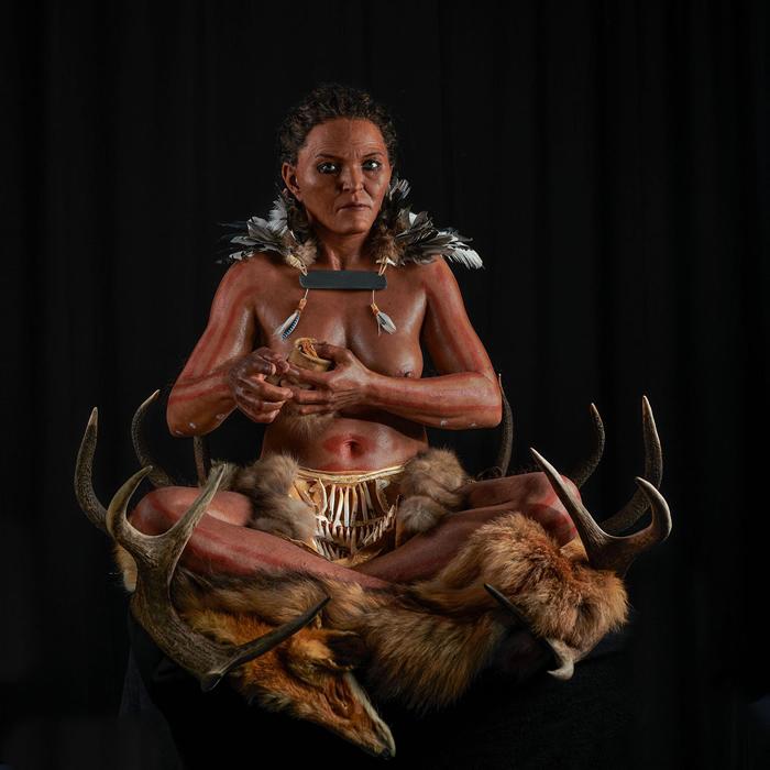 研究人员利用骨骼遗骸和古代DNA来重建一名女性的墓葬,她在七千多年前居住在现在的瑞典南部。 PHOTOGRAPH BY GERT GERMERAAD, TREL