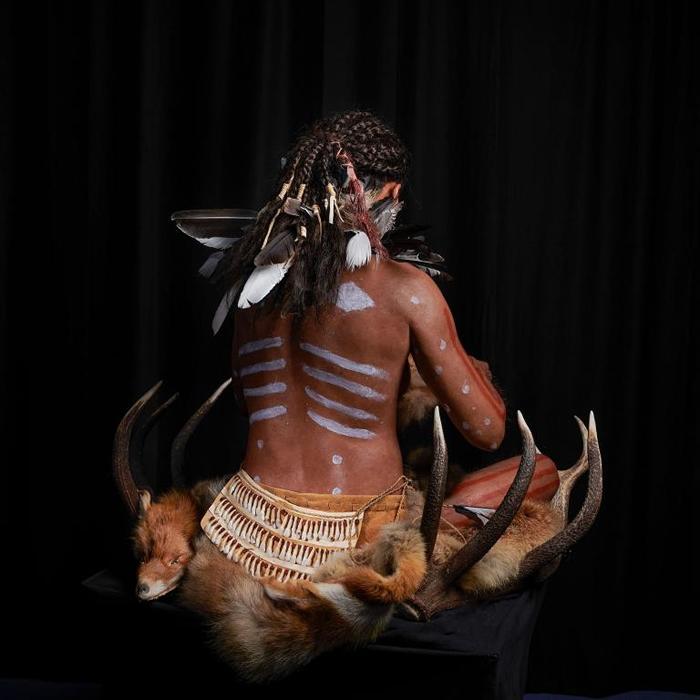 考古学家判断她以垂直坐姿下葬。 腰带由鹿、野猪和驼鹿的牙齿组成,而披风则装饰着乌鸦、喜鹊、鸥、松鸦、鹅与鸭的羽毛。 PHOTOGRAPH BY GERT GER