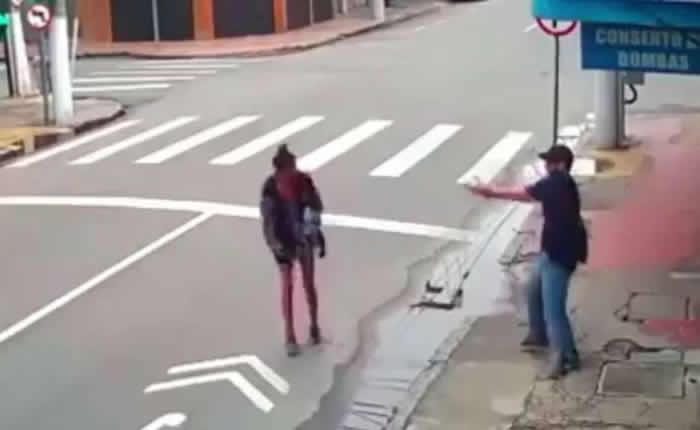 巴西里约流浪街头女子向路人讨1块钱买饭 谁知对方二话不说掏出手枪将她击毙