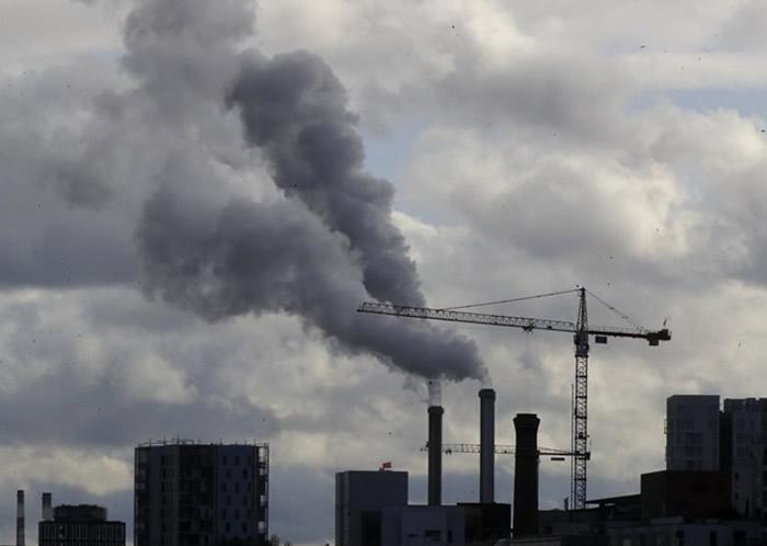 工厂排放废气导致全球气候变化日渐严重。