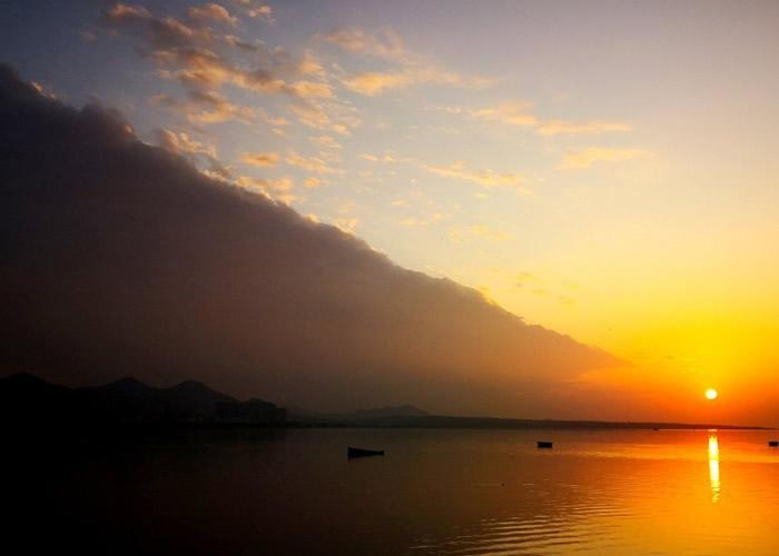 """安徽省巢湖市傍晚天空出现""""阴阳天""""奇观"""