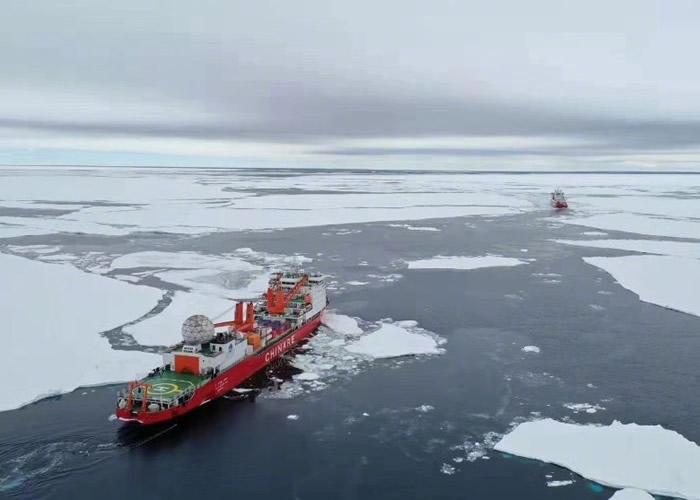 雪龙2进行首次南极陆缘破冰作业。