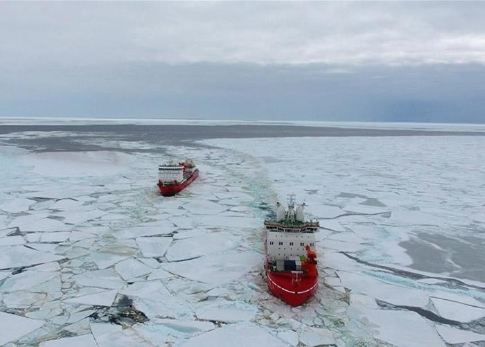 雪龙(左)和雪龙2(右)一同抵达南极中山站。