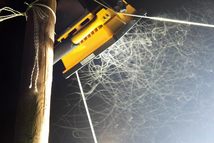 夜间人工光源是昆虫死亡的推手。 图为研究光害对昆虫影响的实验设施。 来源:Deborah Carannante(CC-BY-NC-ND 2.0)
