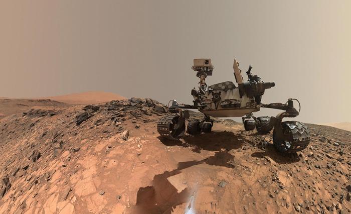 NASA的好奇号于2015年暂时停留在夏普山的较低区域,拍摄自拍照。 自2012年以来,它就一直在探索火星的这个区域,收集大气数据等科学数据。 PHOTOGRA
