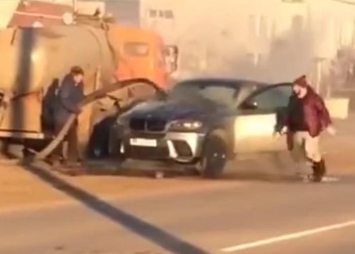 重口味救火!俄罗斯萨马拉州首府萨马拉市名贵房车突然起火 吸粪车喷大便救火