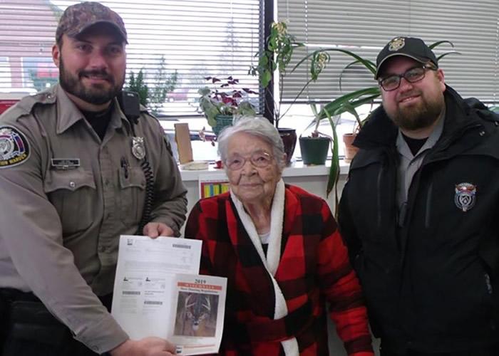 美国威斯康辛州104岁女人瑞Florence Teeters老而弥坚 初试狩猎即射杀巨鹿