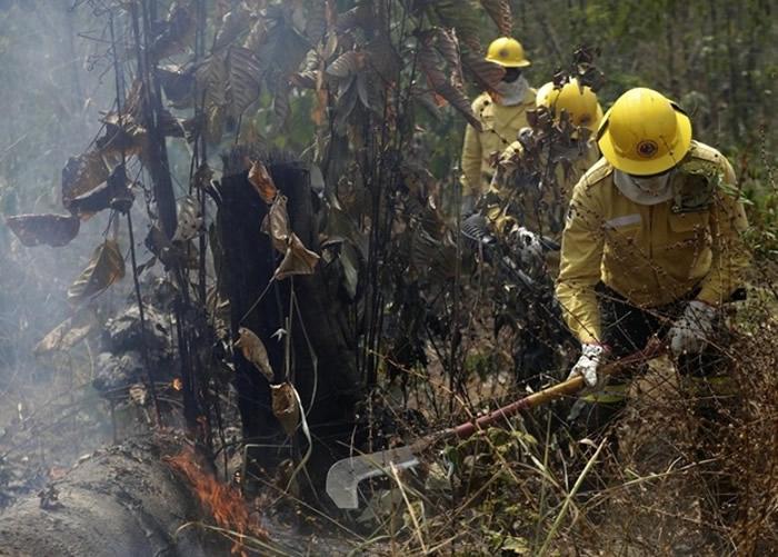 巴西消防员在火场扑灭火势。