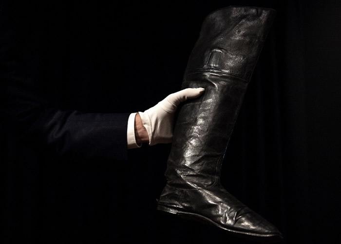 法国已故皇帝拿破仑一世流放期间穿过的黑色皮靴以12.8万美元成交