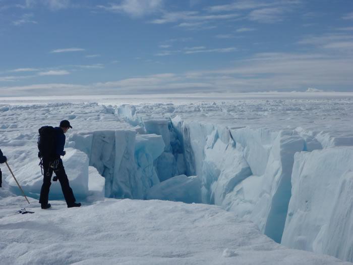 无人机拍下了格陵兰冰盖中的湖泊快速裂开崩塌形成地表最大瀑布的珍贵景象