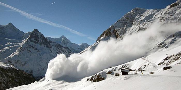 乔治亚滑雪运动员到高加索山脉滑雪时遭遇恐怖雪崩