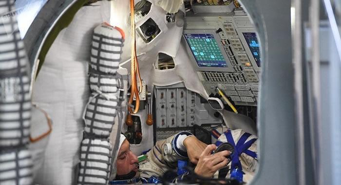 国际空间站宇航员修复发现积水的舱外宇航服
