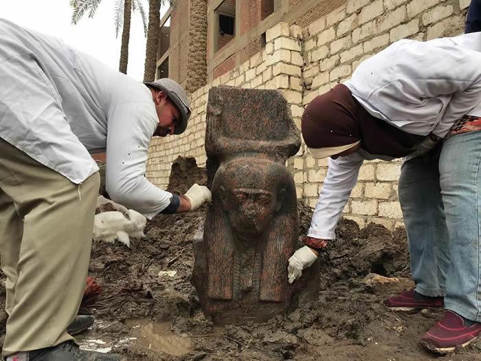 发现古埃及著名法老拉美西斯二世的雕像上半部分