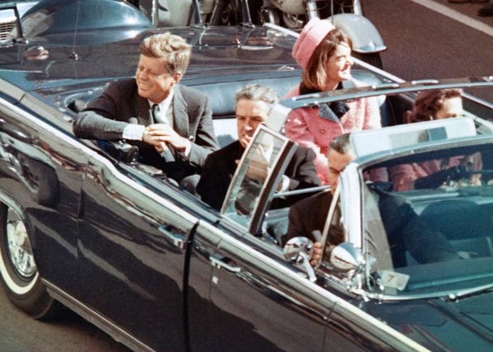 肯尼迪(后左)当年在德州遇刺身亡。