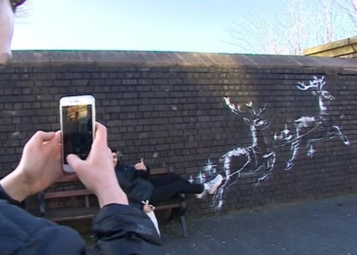 英国神秘涂鸦大师Banksy圣诞新作 驯鹿带露宿者飞天