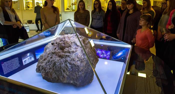 俄罗斯车里雅宾斯克博物馆发生神秘事件:陨石展品上方的玻璃自行升起