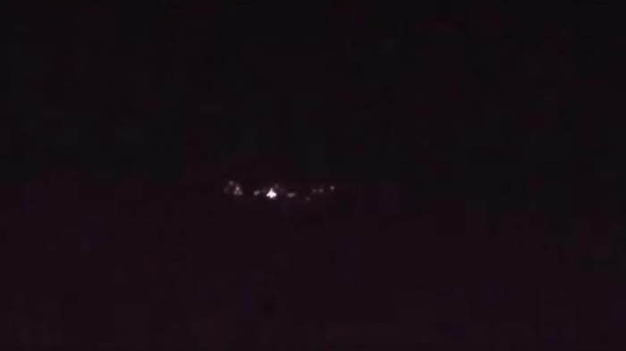 圆盘状带照明的巨大不明飞行物吓到美国加利福尼亚州民众