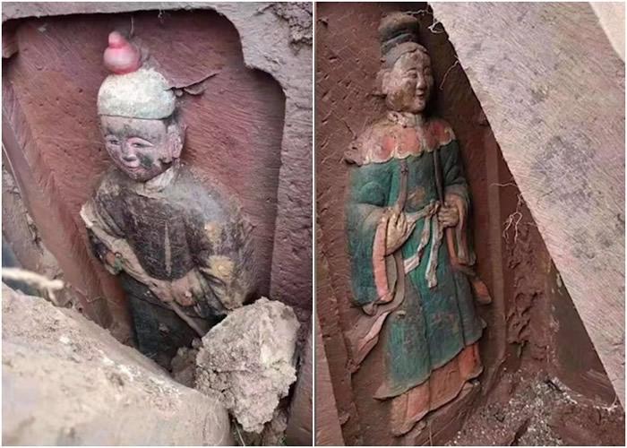 四川省眉山市仁寿县公路旁施工时发现古墓 墓门浮雕工艺精细