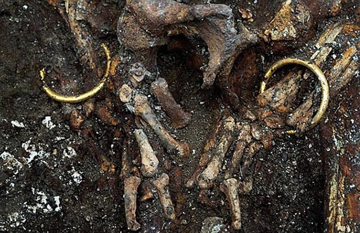 考古学家发现充满历史故事的金封环。