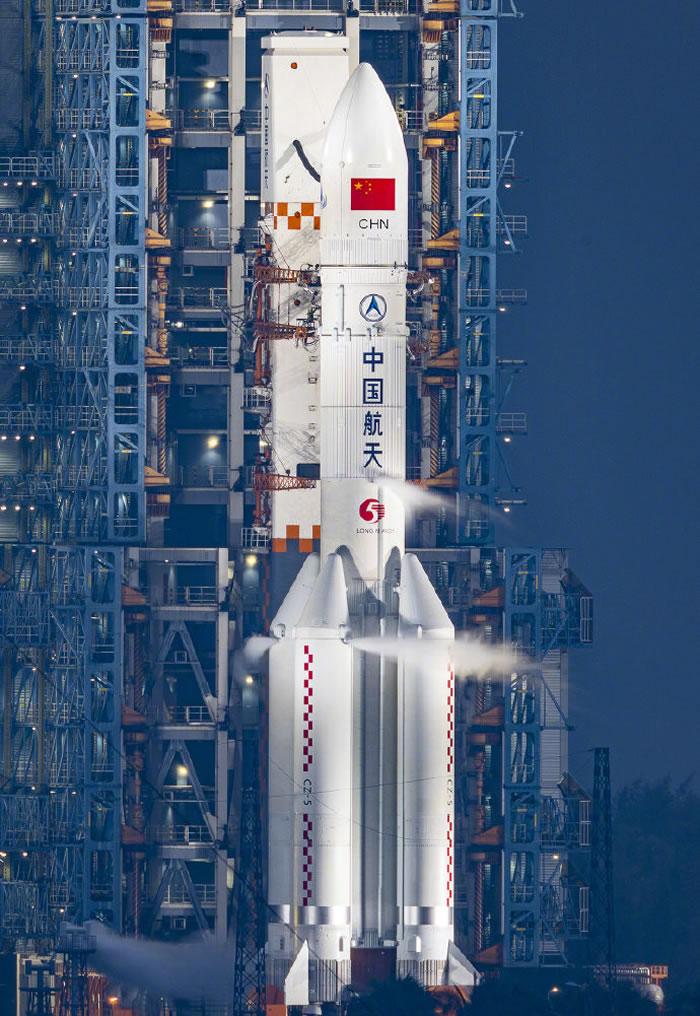 """中国长征五号遥三运载火箭点火升空将""""实践二十号卫星""""送入预定轨道"""