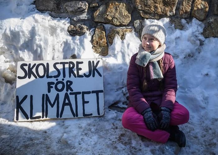 英国BBC团队坐飞机前往瑞典斯德哥尔摩采访通贝里 未能实现减少碳排放的目标
