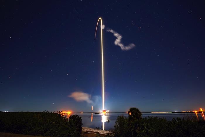 """美国""""猎鹰9""""号运载火箭从佛罗里达推送多颗""""星链""""通信卫星升空"""