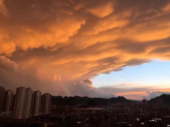 贵州贵阳一日内历经一年四季天气:闪电、冰雹、彩虹更有火烧云