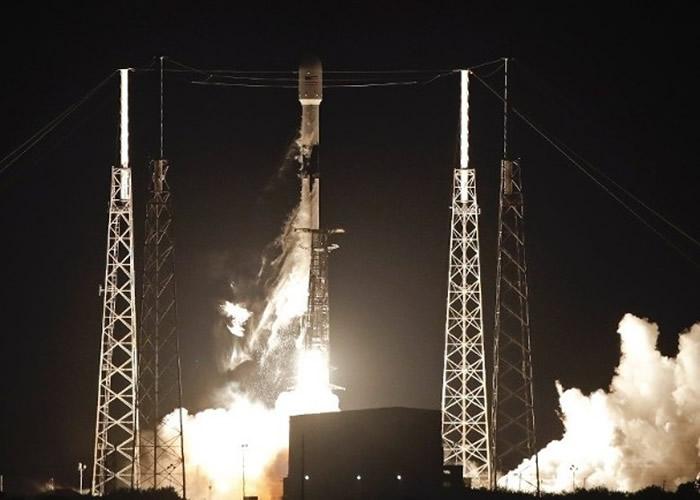 "SpaceX透过猎鹰9号火箭将第3批共60个""星链""卫星送上太空"