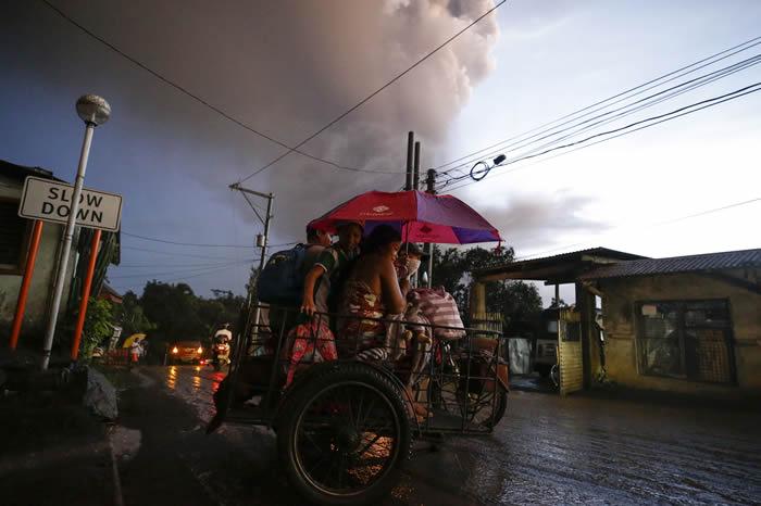 菲律宾北部塔阿尔火山剧烈活动 喷出大量火山灰并引发闪电