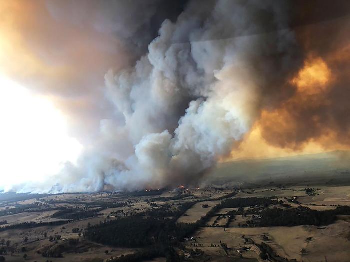 2019年12月30日,烟雾卷流下野火在澳洲拜恩斯戴尔(Bairnsdale)肆虐,数千名旅客在情况恶化之前从澳洲惨遭野火蹂躏的东部海岸逃离。 PHOTOGRA