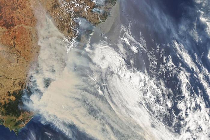 这张由美国太空总署(NASA)所拍摄的卫星照片显示出澳洲大火烟雾与云团流动的痕迹。 PHOTOGRAPH BY JOSHUA STEVENS, NASA EAR