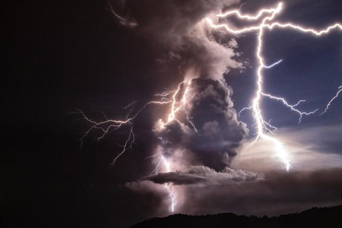 菲律宾八打雁省的塔阿尔火山喷发 恐有火山海啸
