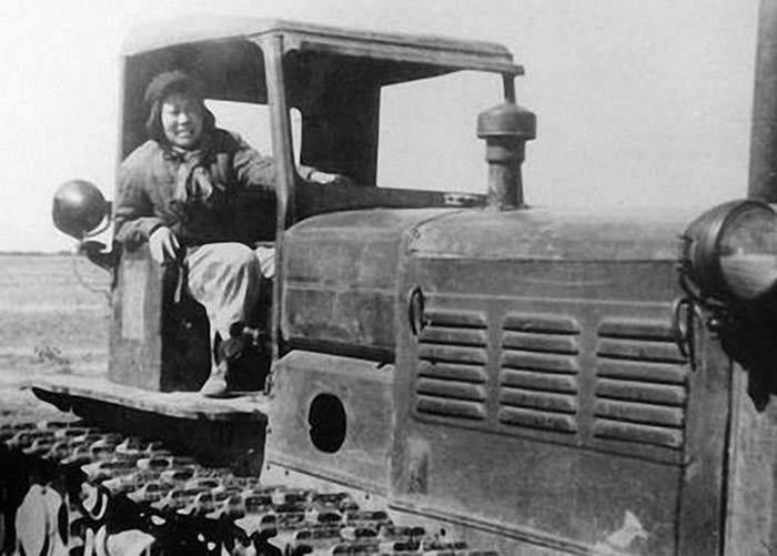 梁军驾驶拖拉机的英姿。