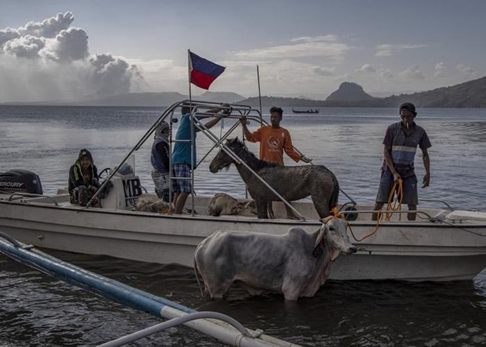 菲律宾塔阿尔火山微弱喷发 逾百次地震致地裂