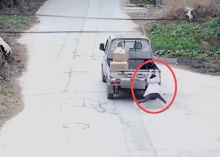浙江台州10岁女童被汽车拖行数百米肇事司机不顾而去 母亲报警才知道肇事司机是自己