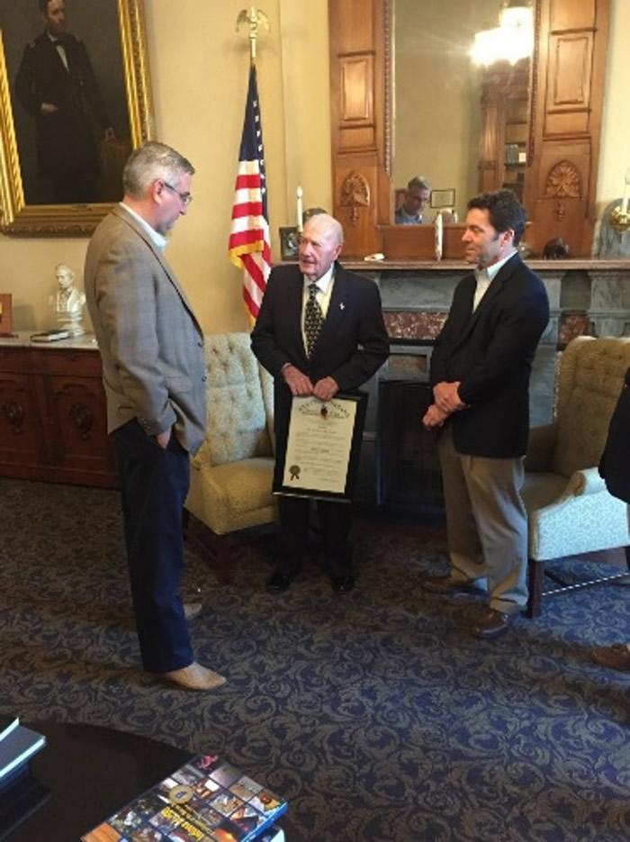 沃尔默(中)获印州州长霍尔科姆(左)颁授酋长奖表扬。