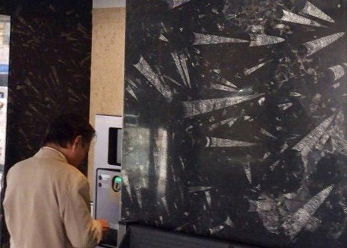 金泽站电梯大堂的黑石墙,满是直角贝的化石。
