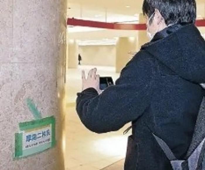 大批民众不远千里到JR金泽站看化石。